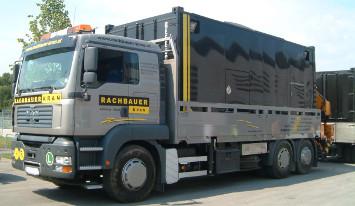 Rachbauer-Kran Lkw mit einem schwarzen Container auf der Ladefläche
