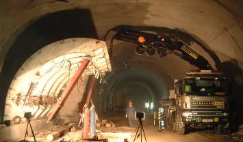 Rachbauer Kran-Lkw bei einem Einsatz im Tunnel - hält Tunnelsegment mit Kran an seinen Platz
